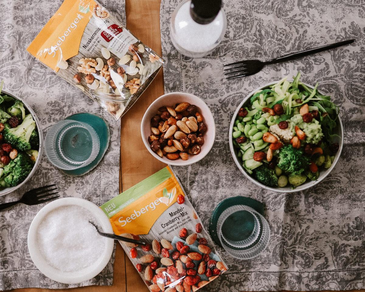 Green Bowl Rezept mit Seeberger Nussmischung und Cranberries